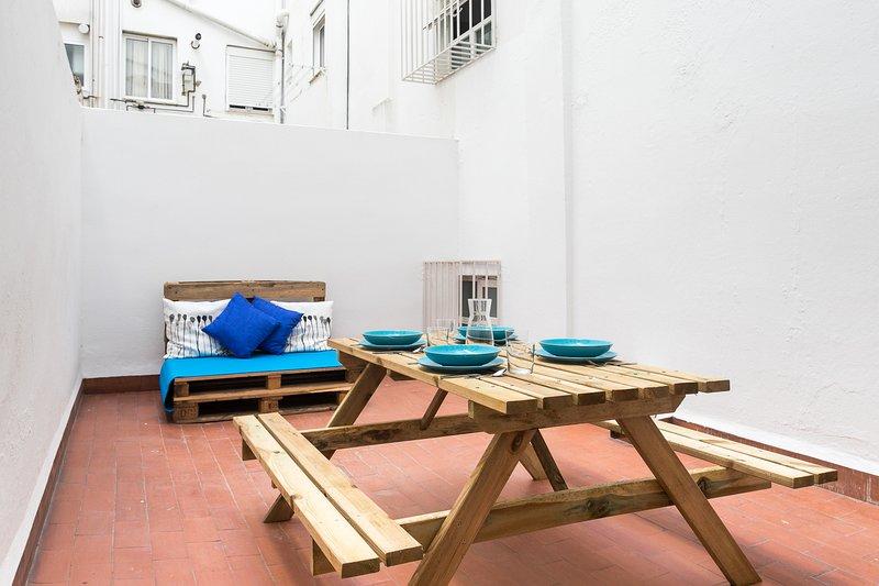 Interieur patio uitgerust met tafel en stoelen om te ontspannen na een intense dag. Binnenplaats