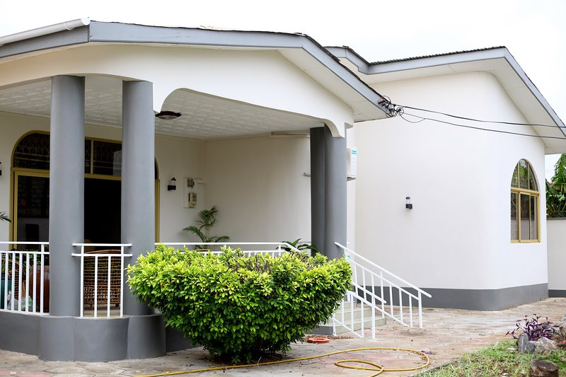 Fully Loaded 5-Bed Home, holiday rental in Achimota