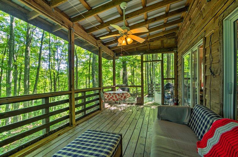 Con un porche cerrado, esta casa te hace sentir uno con la naturaleza.