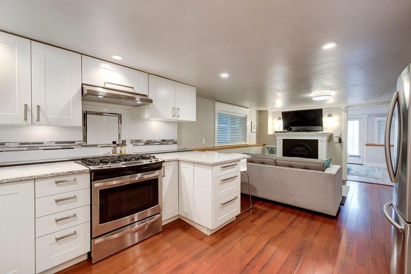 Joey's Retreat moderne neue Küche mit Stein-Arbeitsplatten, Edelstahl-Geräte, Gasherd, etc.