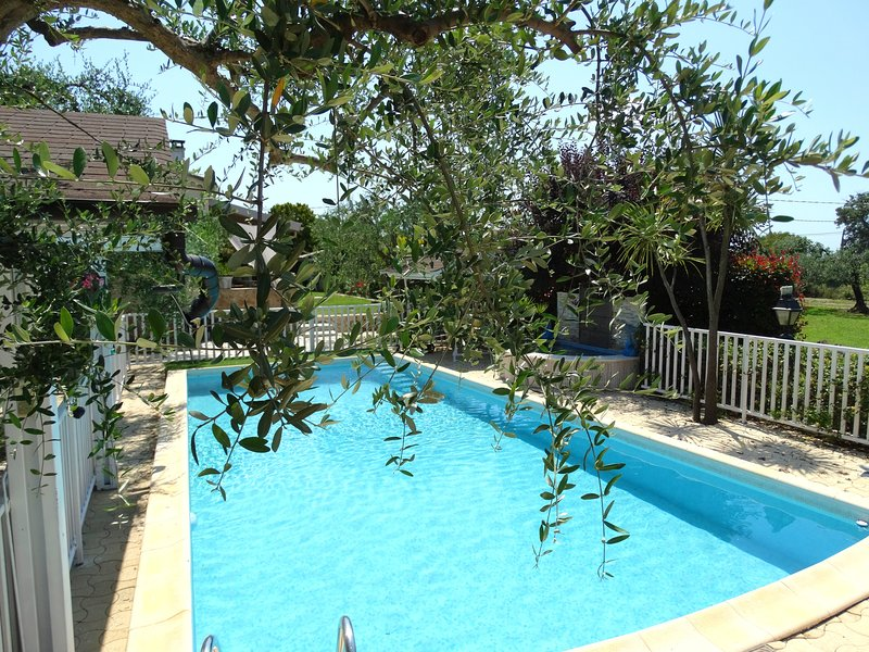 Nice chalet with pool access & Wifi, casa vacanza a Saint-Cezaire-sur-Siagne