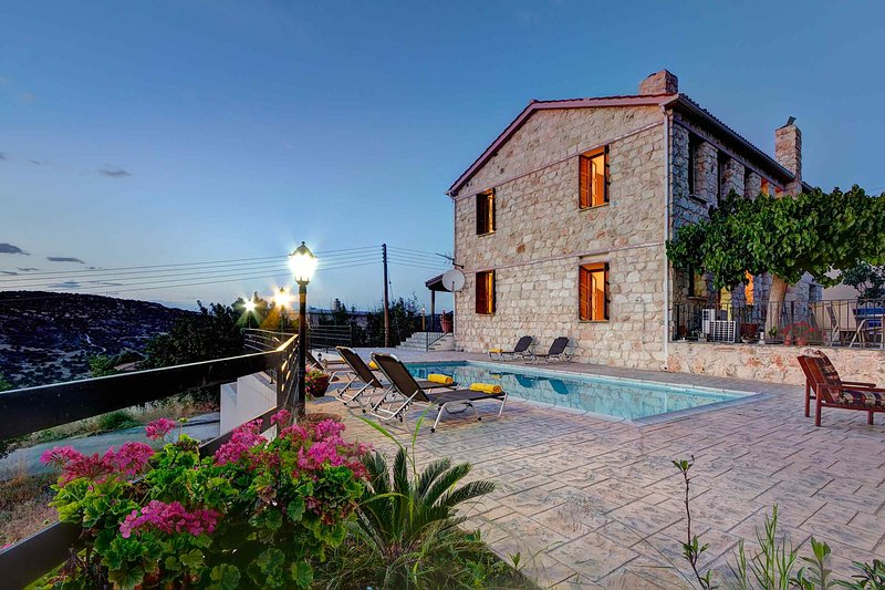 Villa Irene Palace: Large Private Pool, Sea Views, A/C, WiFi, holiday rental in Steni