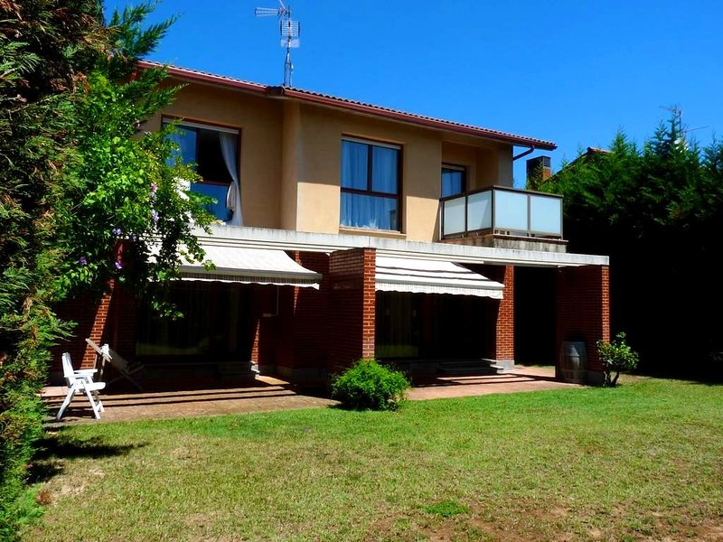 Spacious house with terrace & Wifi, holiday rental in Fuenmayor