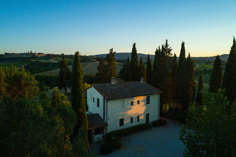 Renovated 5 bedroom villa surrounded by Tuscan vineyards, fetures private pool, log fire and terrace, holiday rental in San Gimignano