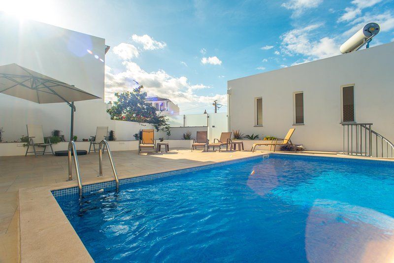 Casa Lopes V4 + V2 com piscina, centro cidade Tavira, vacation rental in Tavira