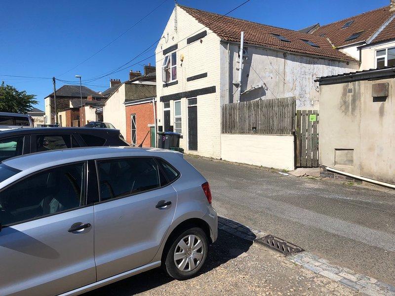 Estacionamiento en la parte trasera de la casa. Busque el letrero verde en la puerta.