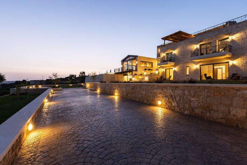 La Villa Elements dispose de 2 entrées privées et d'un parking pouvant accueillir jusqu'à 5 voitures!