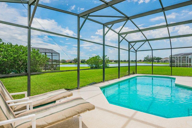 Beautiful home, lake view, south facing pool, 612, location de vacances à Saint Cloud