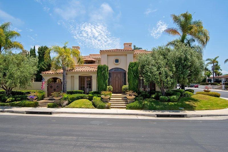 Cette maison de style méditerranéen est située dans la communauté fermée privée de Cyprus Cove.