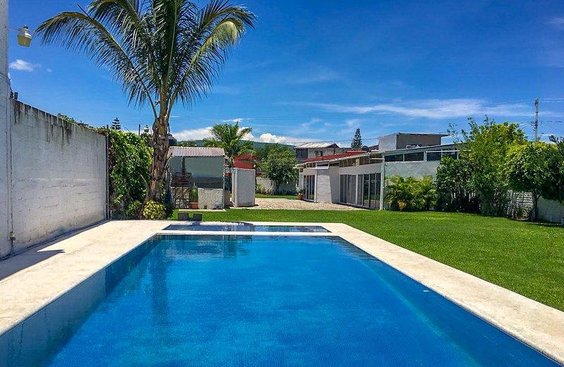 Zwembad met peuterbad van ongeveer 6x10mts en heeft GEEN verwarming.