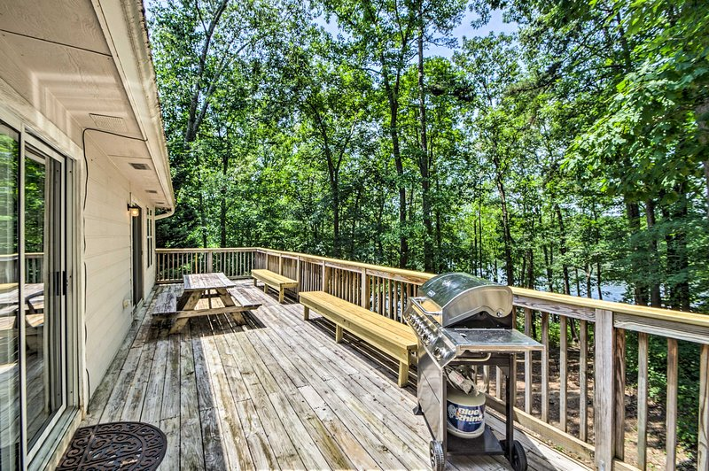 Lake Hartwell Home w/ Private Dock - Near Clemson!, vacation rental in Martin