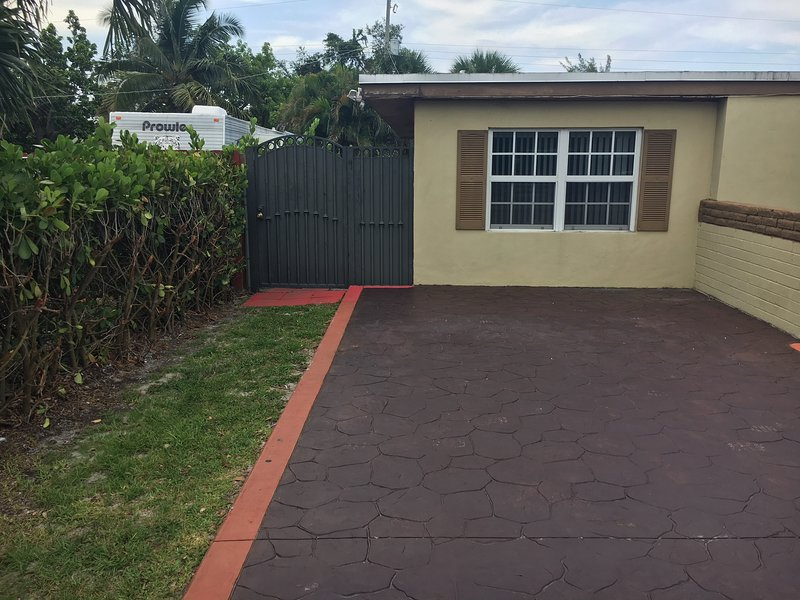 Cozy And Peaceful apartment / full service rental, casa vacanza a Miami Gardens