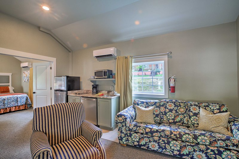 Cozy Cottage w/ Pool Access in Downtown Branson!, holiday rental in Branson