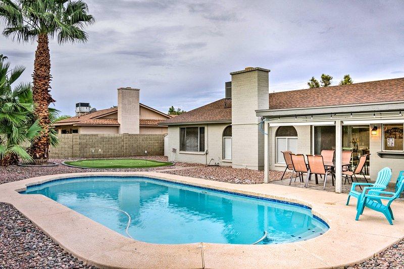 Esta casa de Scottsdale cuenta con una piscina privada, poniendo verde y excelente ubicación!