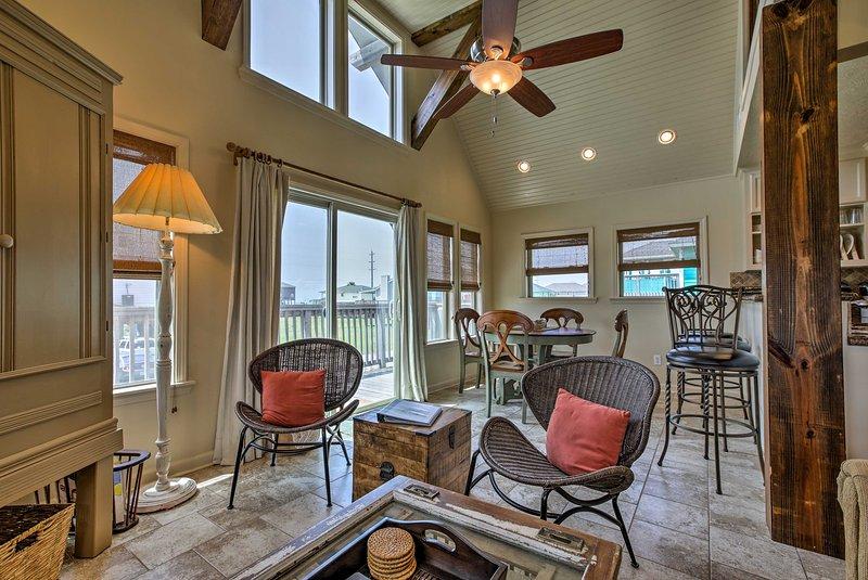 Une lumière naturelle invitante pénètre dans la maison à travers de grandes baies vitrées.