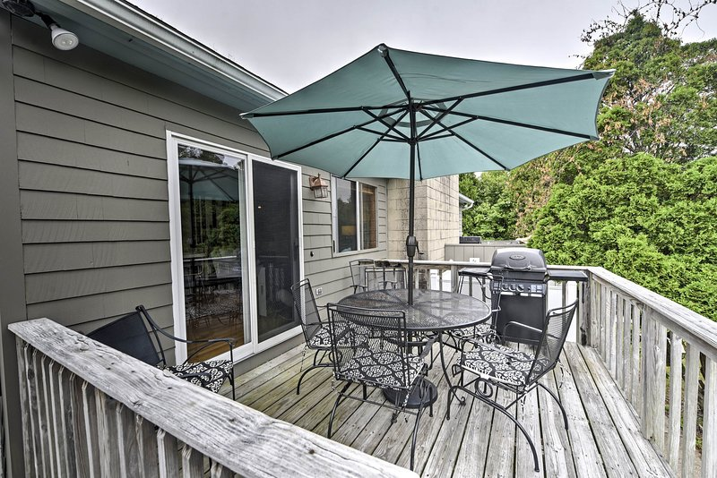 Esta casa Narragansett cuenta con numerosas comodidades, incluyendo una terraza amueblada.