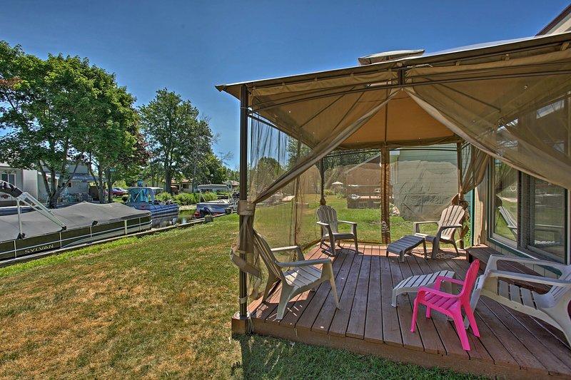 Mit Betten für 6 Personen und einer überdachten Terrasse ist dieses Haus in Houghton Lake unschlagbar!