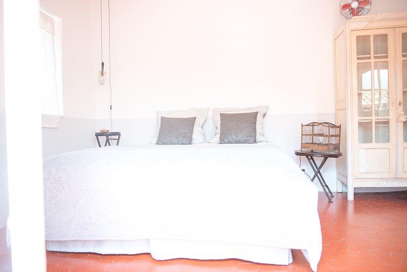 La Chambre 21, Entrevaux, chambre d'hôtes en Provence, proche Nice, vacation rental in Le Fugeret