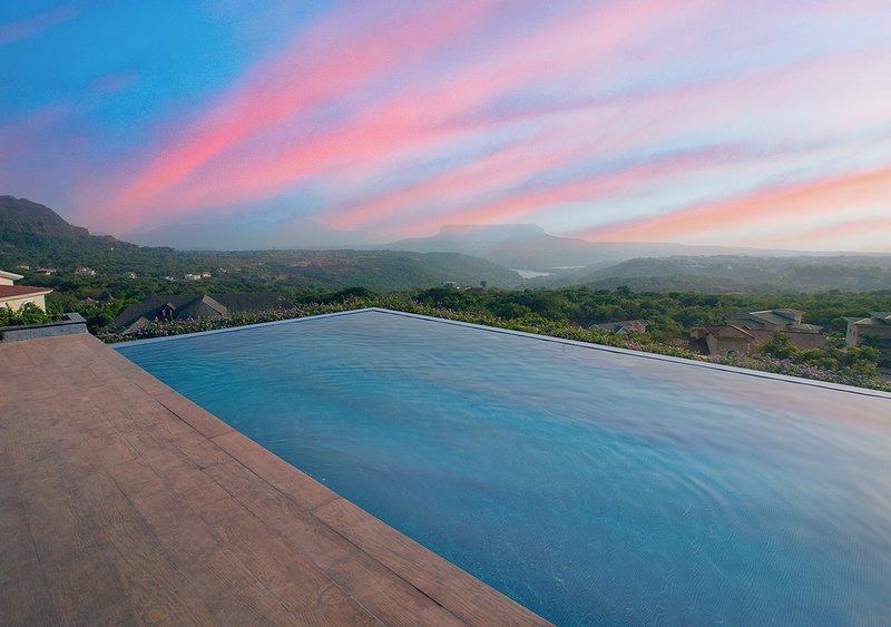 Énorme piscine à débordement avec vue sur la vallée