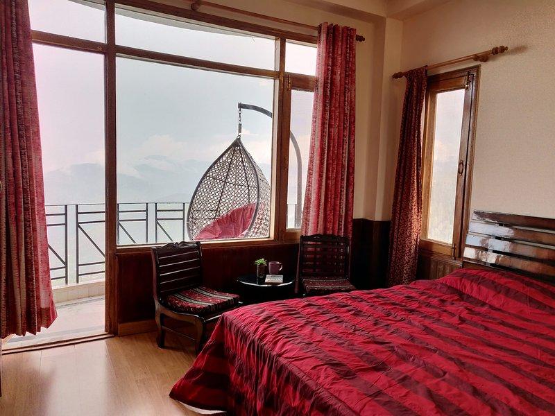 Master-Schlafzimmer mit Blick auf das ruhige Mashobra-Tal