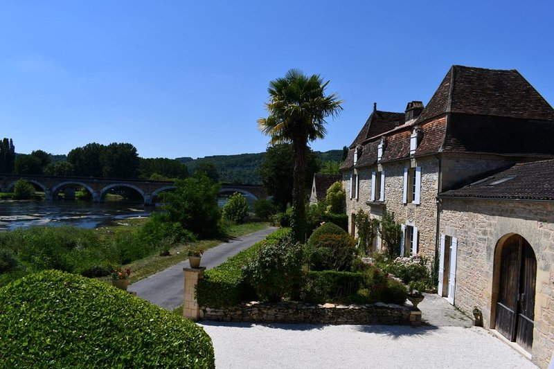 Luxury 6 Bedroomed Riverside Maison with Pool & Gardens, vacation rental in Mouzens