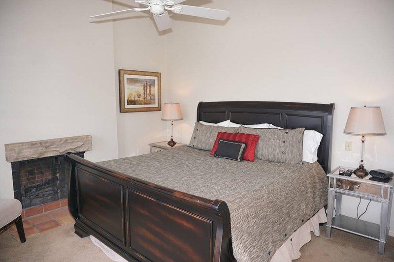 1ra suite principal con cama king / baño / TV / chimenea / ducha de vapor