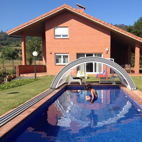 CasaBosqueAlbite, piscina privada cubierta y climatizada en centro de Asturias, aluguéis de temporada em Las Regueras Municipality