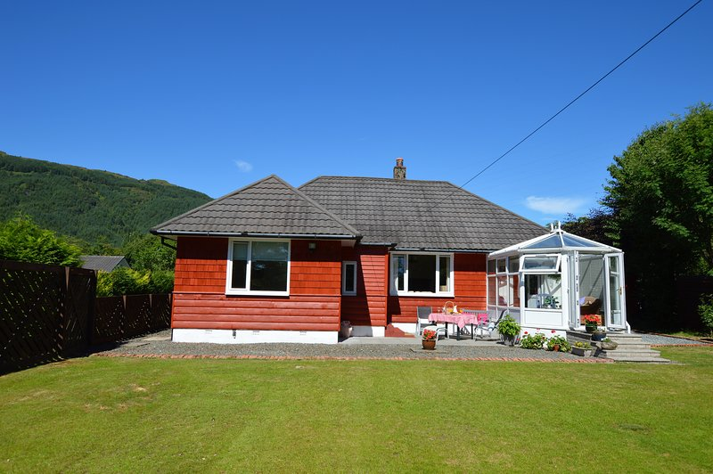 luxury Cedar Cottage with sun facing conservatory, private garden/peaceful, holiday rental in Blairmore