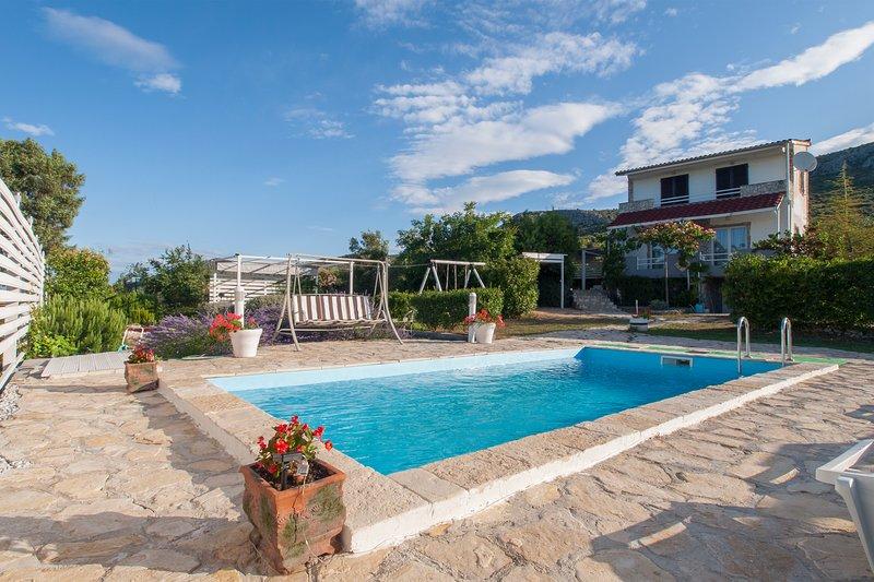 Holliday house Yucca with out door pool, alquiler de vacaciones en Sibenik
