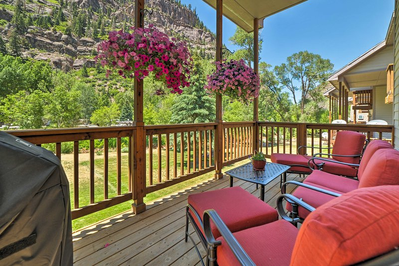 Updated Home w/Mtn Views 1 Block to Downtown Ouray, holiday rental in Ouray