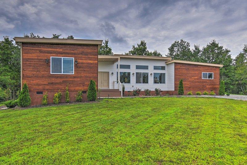 Unwind in this 3-bedroom, 3-bathroom vacation rental cabin in Rutherfordton.