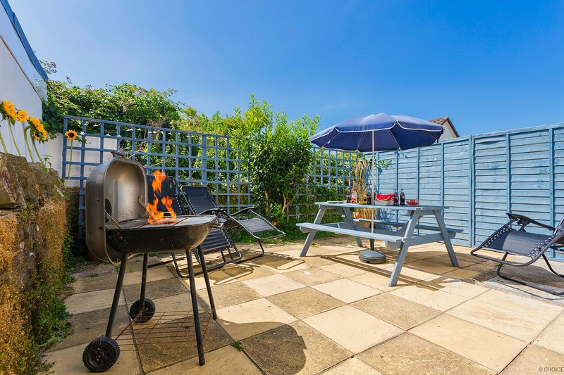 BRAUNTON BLUE DOLPHIN COTTAGE | 3 Bedrooms, holiday rental in Ashford