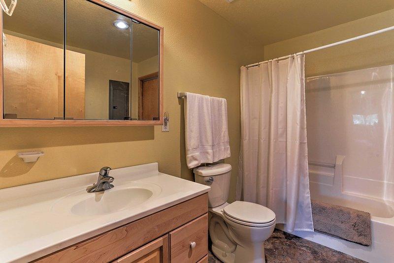 El baño incluye una ducha / bañera combinada.