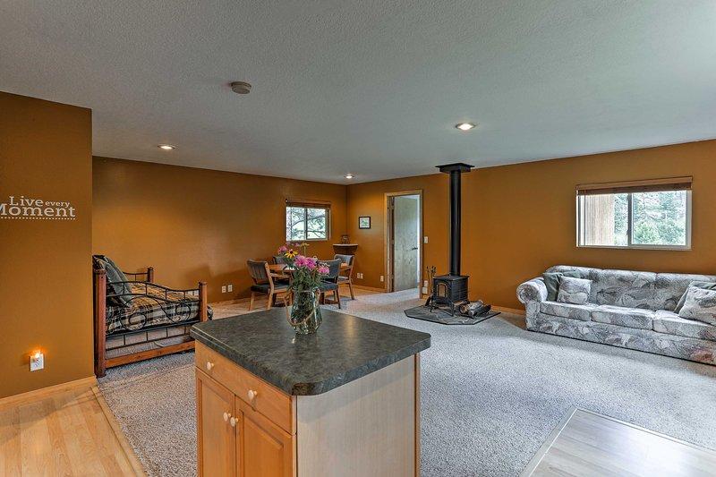 El espacioso interior cuenta con 2 dormitorios, 1 baño y capacidad para 7 personas.