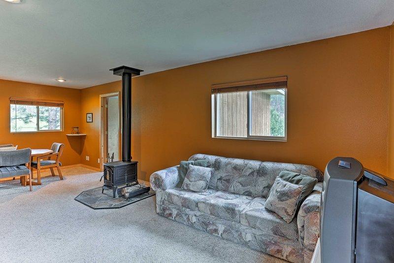 Relájese y relájese en el lujoso sofá para ver la televisión.