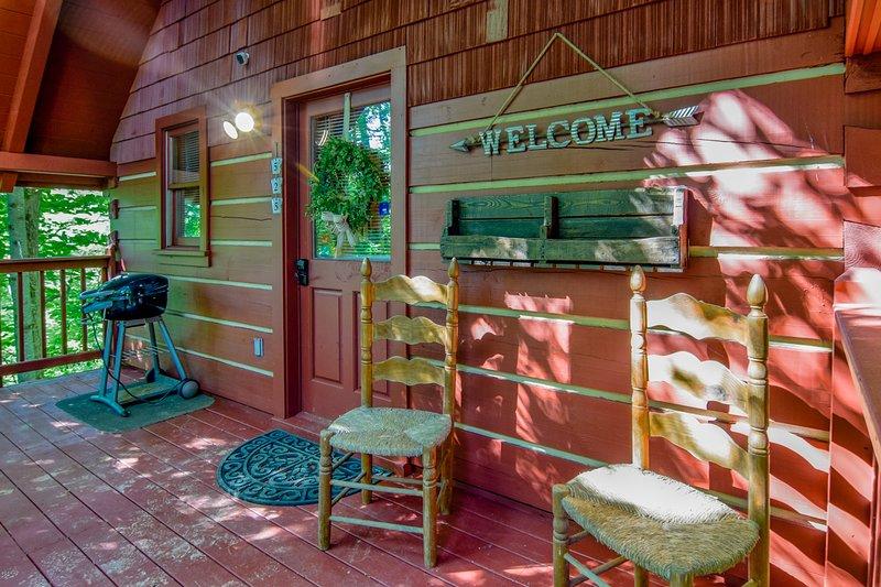 Hugs and Kisses Luxury Honeymoon Hideaway - Great Location w/ Hot Tub!, alquiler de vacaciones en Gatlinburg
