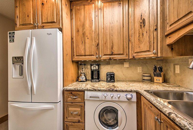 De plus, la cuisine est équipée d'un lave-linge.