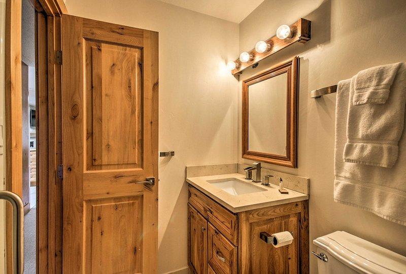 Les deux salles de bains complètes sont équipées de serviettes fraîches.
