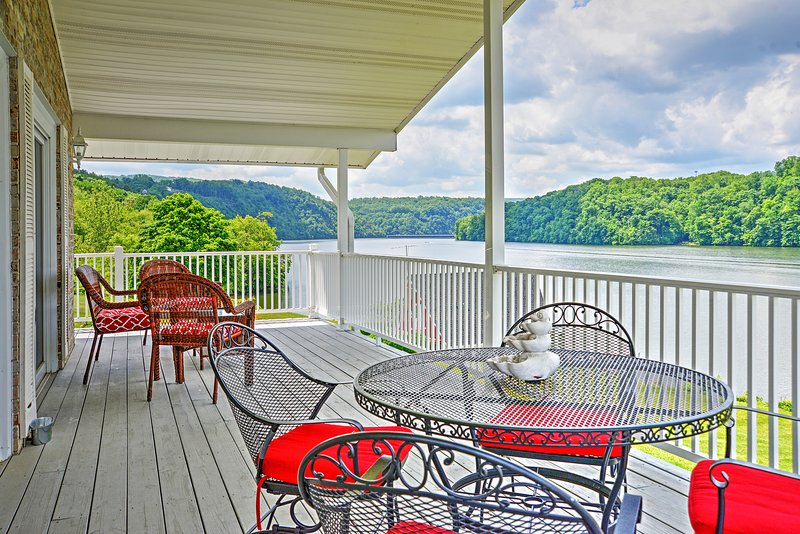 Lakefront Hiwassee Home w/Views, Pvt Dock, Deck!, aluguéis de temporada em Willis