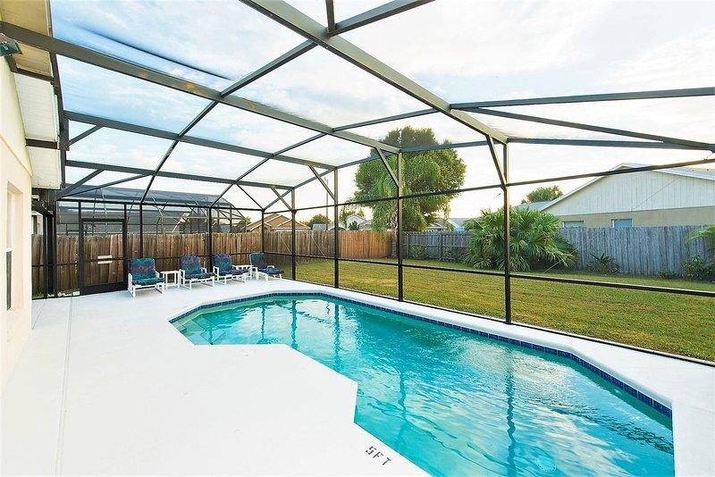 Florida Villa con piscina con orientación suroeste, sin vistas en la parte trasera debido a la valla alrededor de la piscina