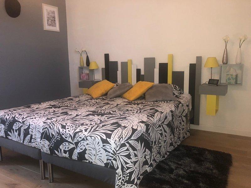 El dormitorio gris con ropa de cama de calidad 160/200