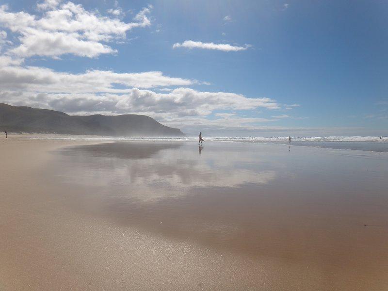 A 3 minutes à pied de cette plage immaculée de 2 km!