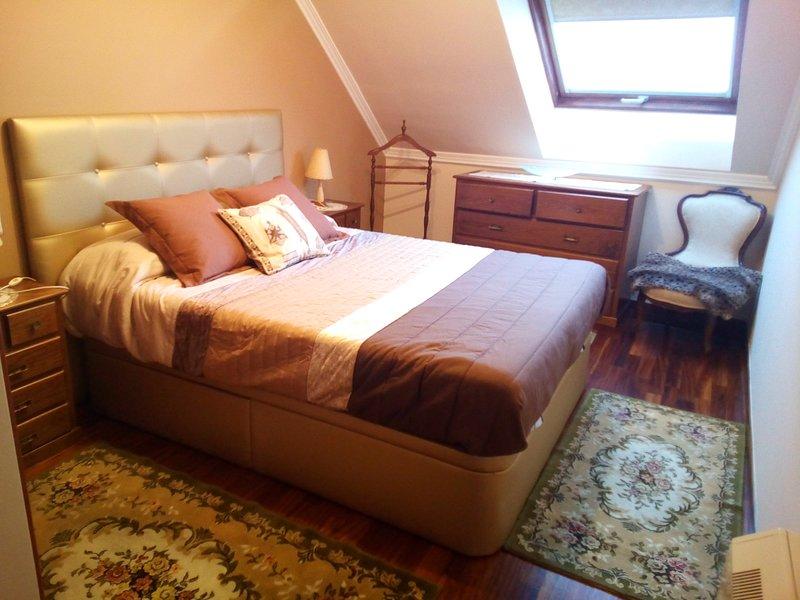 Hoofdslaapkamer met een tweepersoonsbed