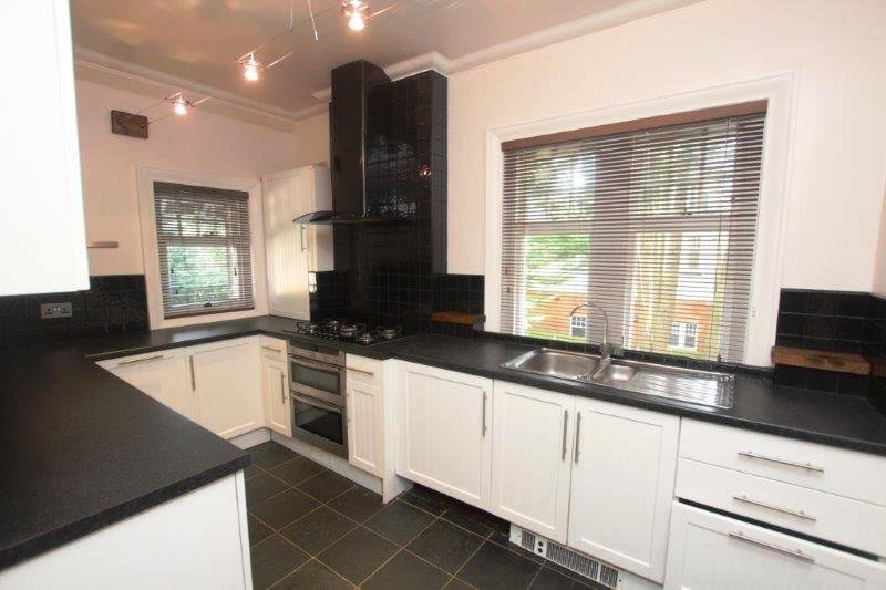 BOURNECOAST: SPACIOUS APARTMENT - PART OF A MANOR HOUSE - PARKING - WIFI -FM6167, vacation rental in Ferndown