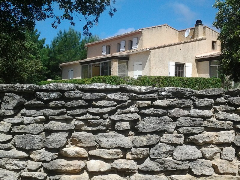 LS2-303 FENIERO Villa with a private swimming pool in the heat of Luberon, aluguéis de temporada em Cabrieres-d'Avignon