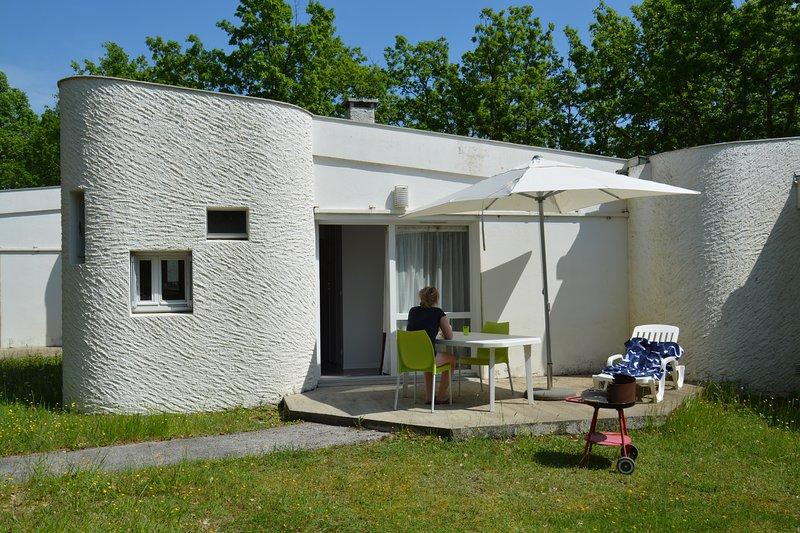 Maisonnettes dans un parc boisé, au calme, en haut de la colline, holiday rental in Albas