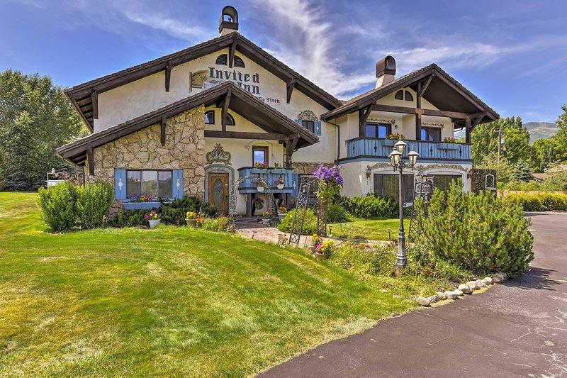 Relájese en esta casa de alquiler vacacional de 5 dormitorios y 4.5 baños en Midway.