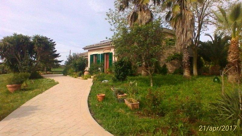 Ai Due Santi-mansarda in villa, alquiler vacacional en Case Giurdanella