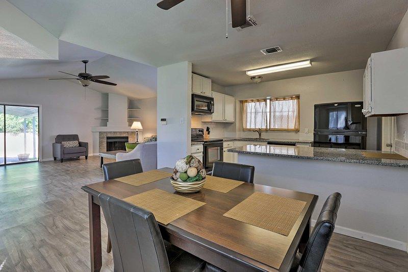 Vous êtes sûr de passer du temps de qualité dans cet espace de vie spacieux et à aire ouverte!