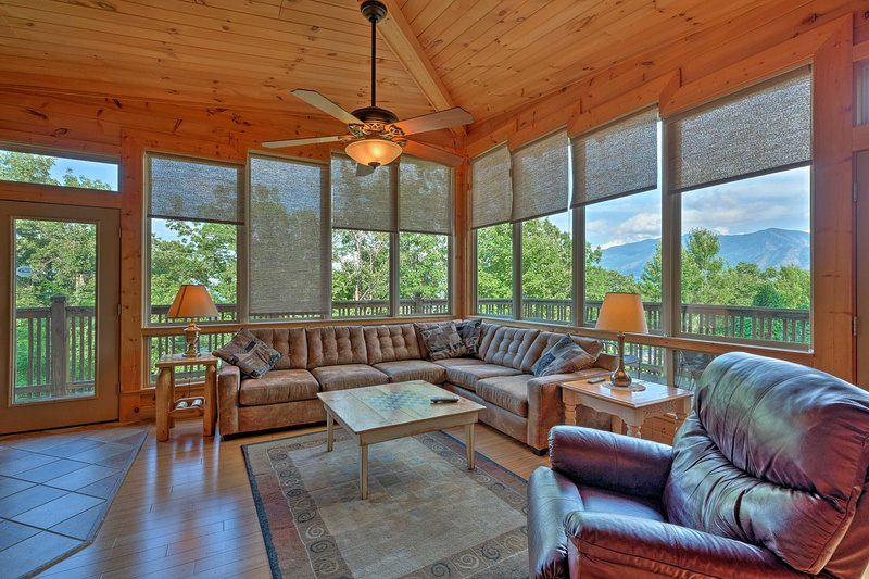 Cabin w/ Mount LeConte Views, Hot Tub, Pool Table!, vacation rental in Gatlinburg
